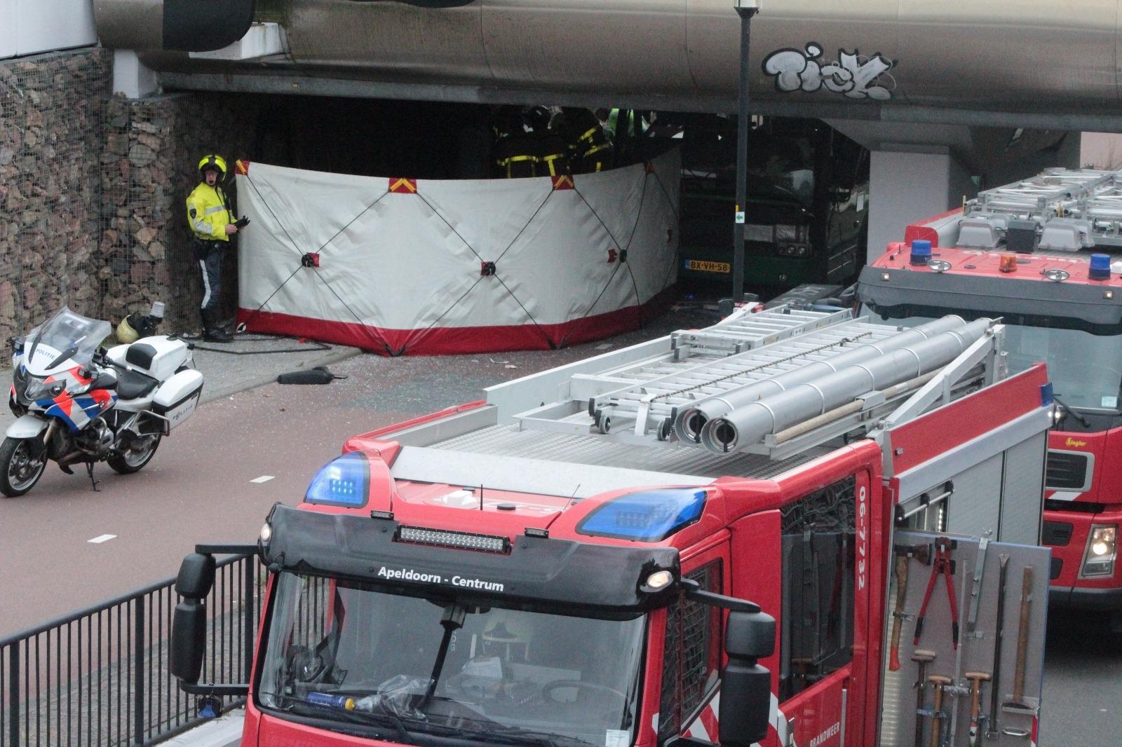 Apeldoorn – Stadsbus klem onder viaduct, 7 gewonden
