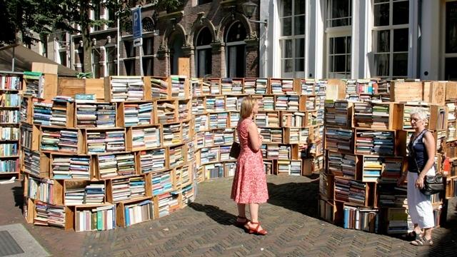 Zes kilometer markt met boeken