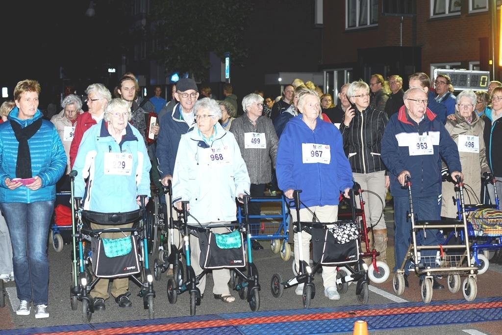 Deelnemers Rollatorloop Asselsestraatnnnnop uitnodiging naar NK atletiek