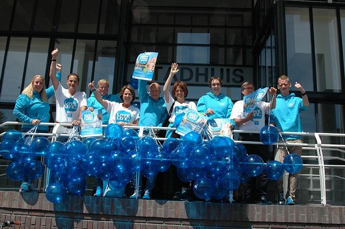 Apeldoorn kleurt blauw in kader Swim to Fight Cancer