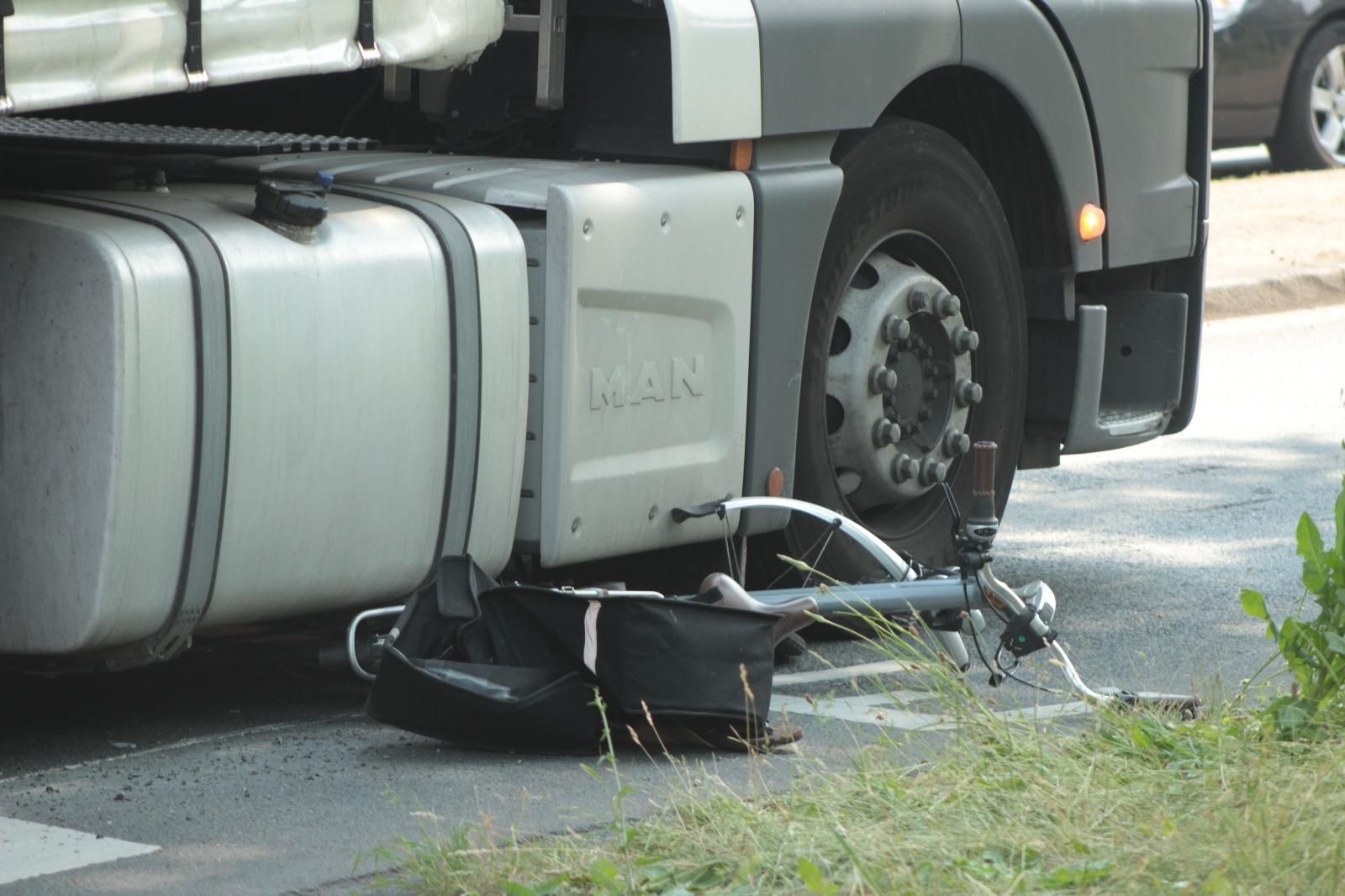 Fietser onder vrachtwagen