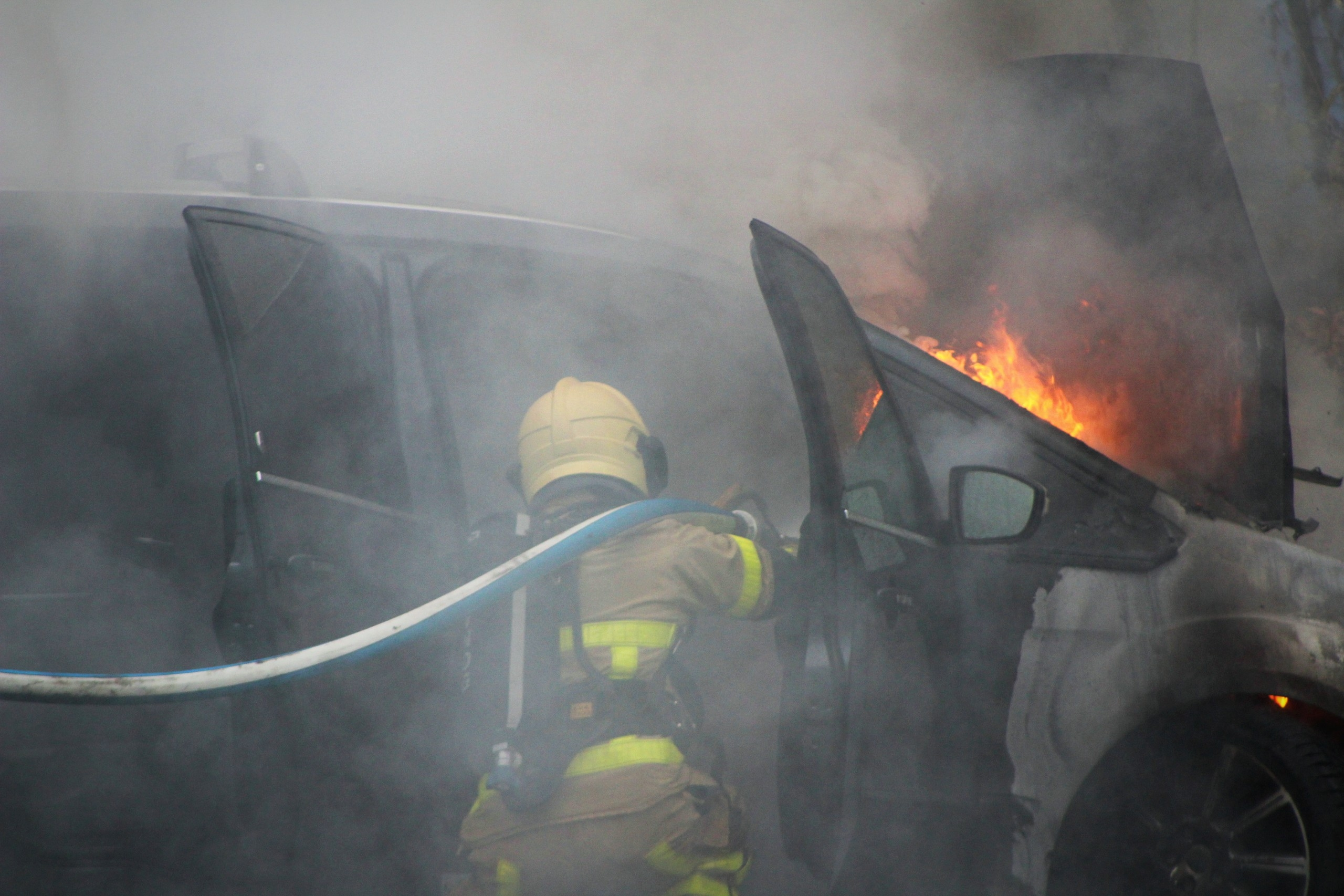 Autobrand met doffe knallen