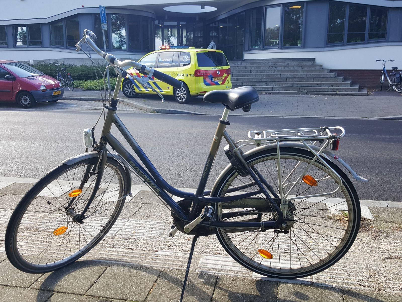 Meisje valt met fiets