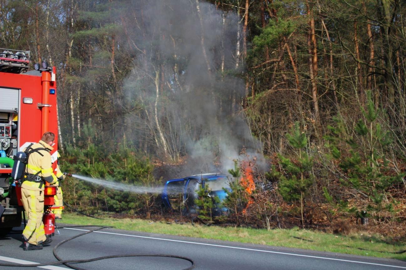 Autobrand veroorzaakt bermbrand