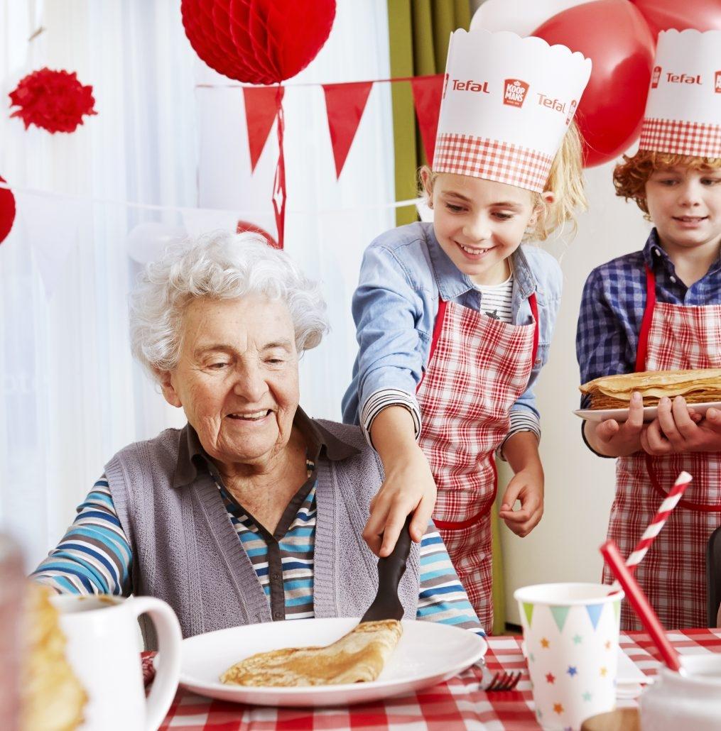 Jong en oud verbonden door pannenkoeken