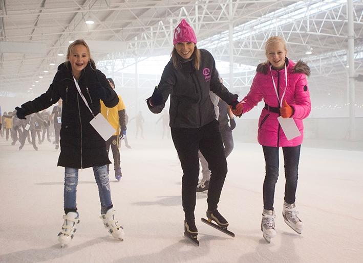 Schooljeugd schaatst voor water