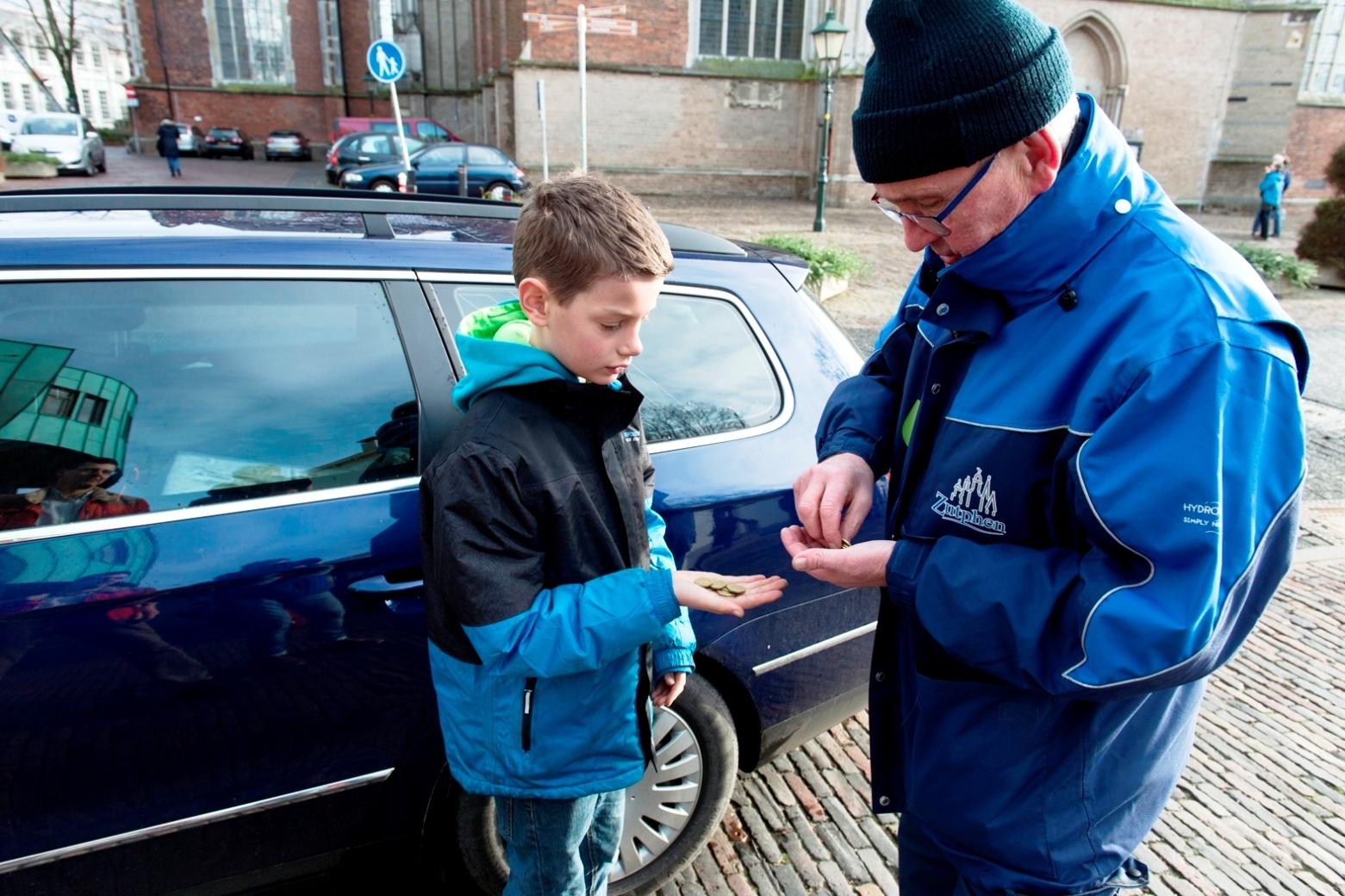 Jeugd maakt Zutphen vrij van vuurwerkafval