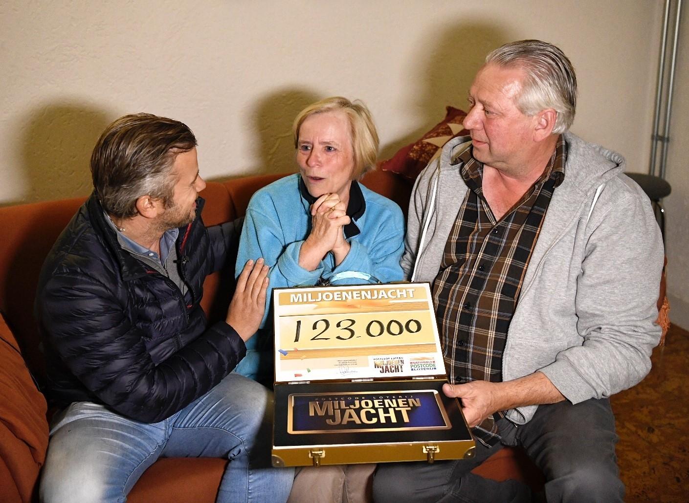 Apeldoorns echtpaar zondagavond thuis verrast door Winston Gerschtanowitz met 123.000 euro