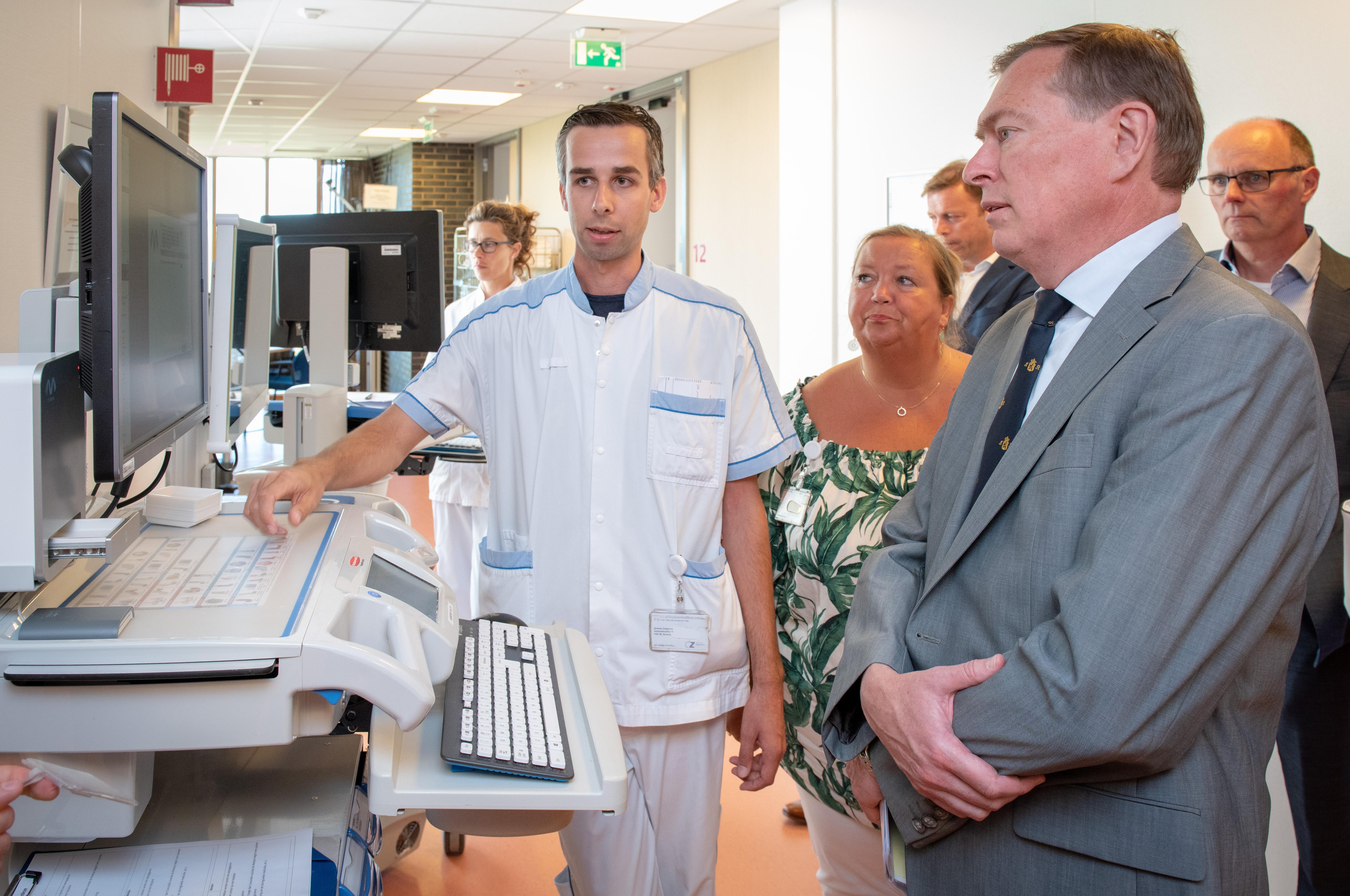 Minister Bruins maakt kennis met 'netwerkgeneeskunde' in Deventer Ziekenhuis