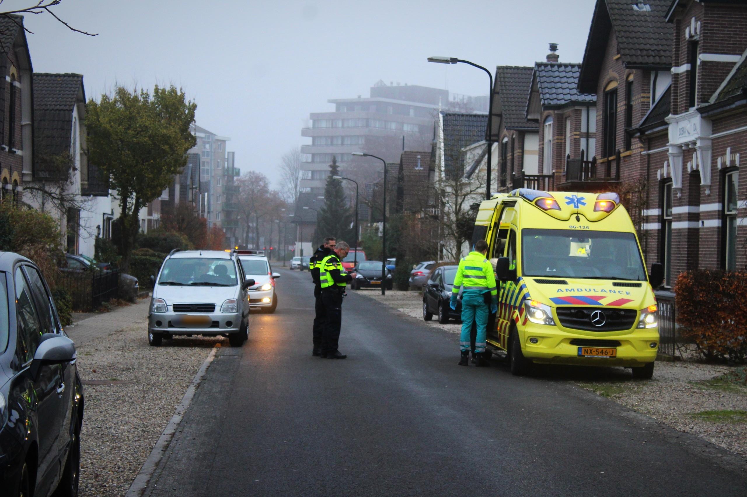 Fietsster belandt op voorruit auto en raakt gewond