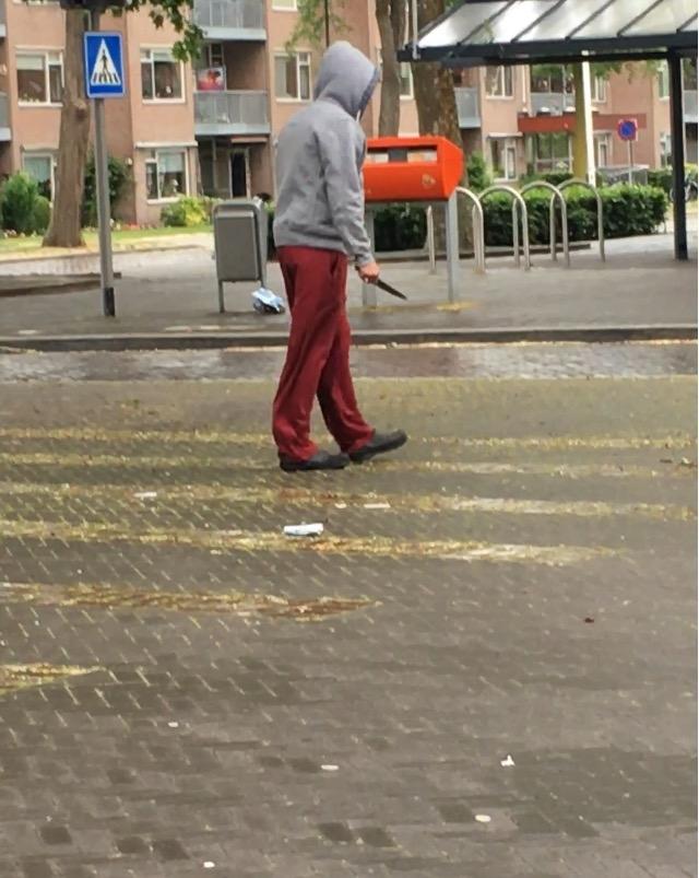 Verwarde man met groot mes in Apeldoorn