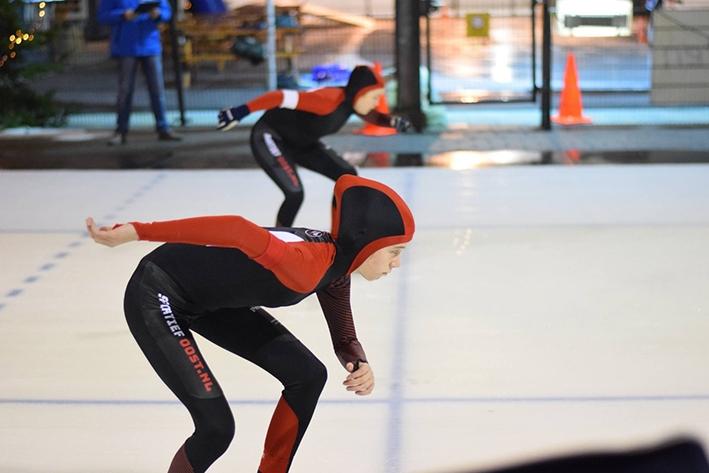 Jeugdige schaatshelden in actie