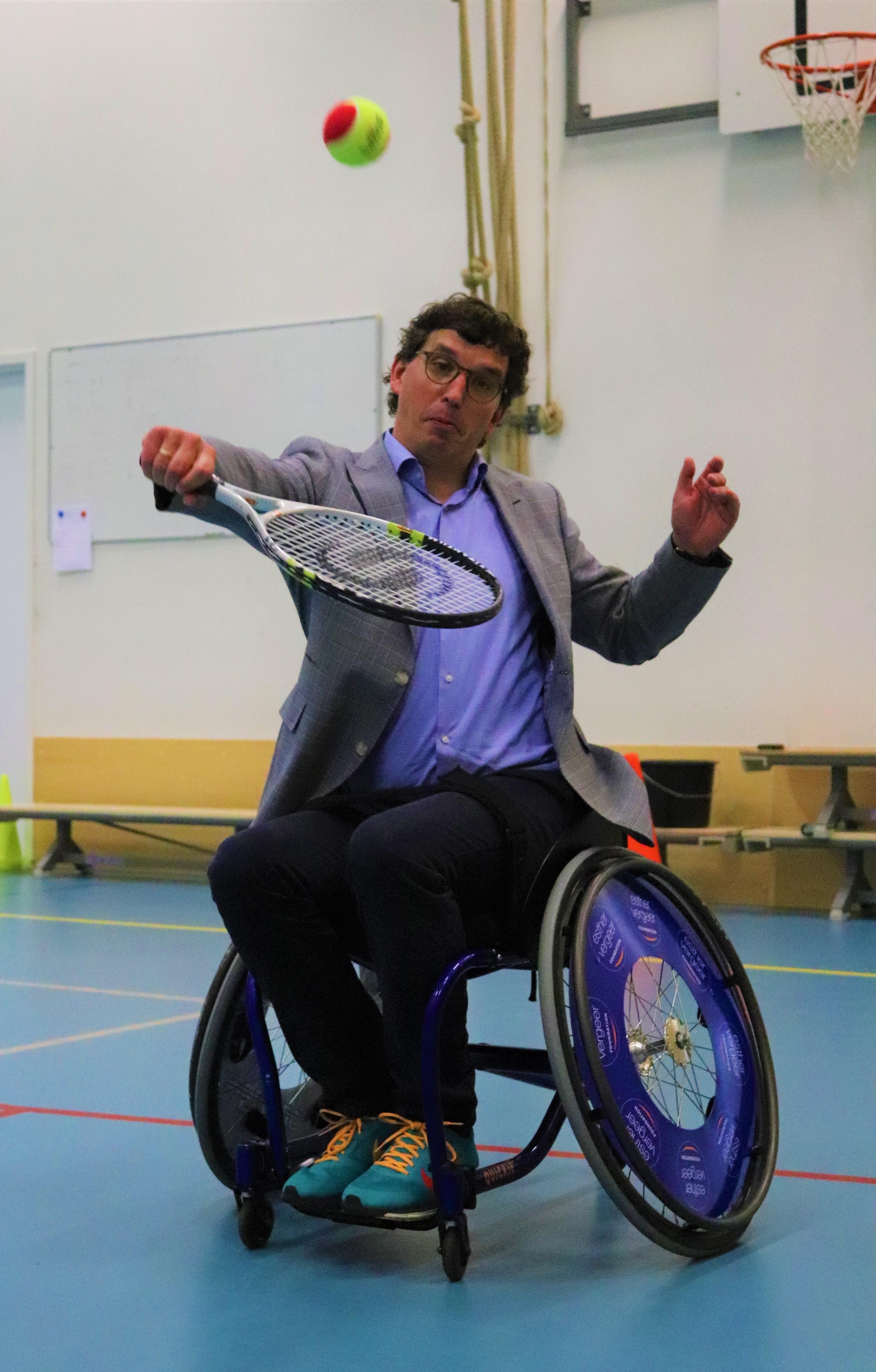 Wethouder bij rolstoeltennis