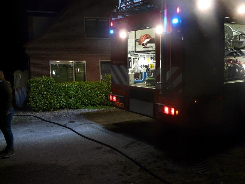 Bewoners zien struiken in de tuin in vlammen op gaan
