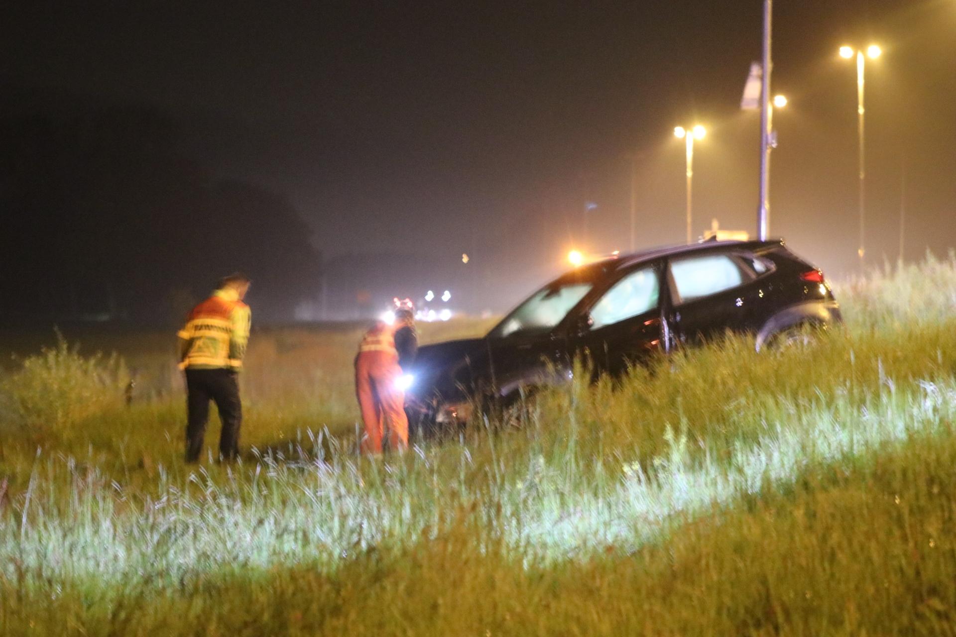 Auto belandt in berm na botsing met vrachtwagen