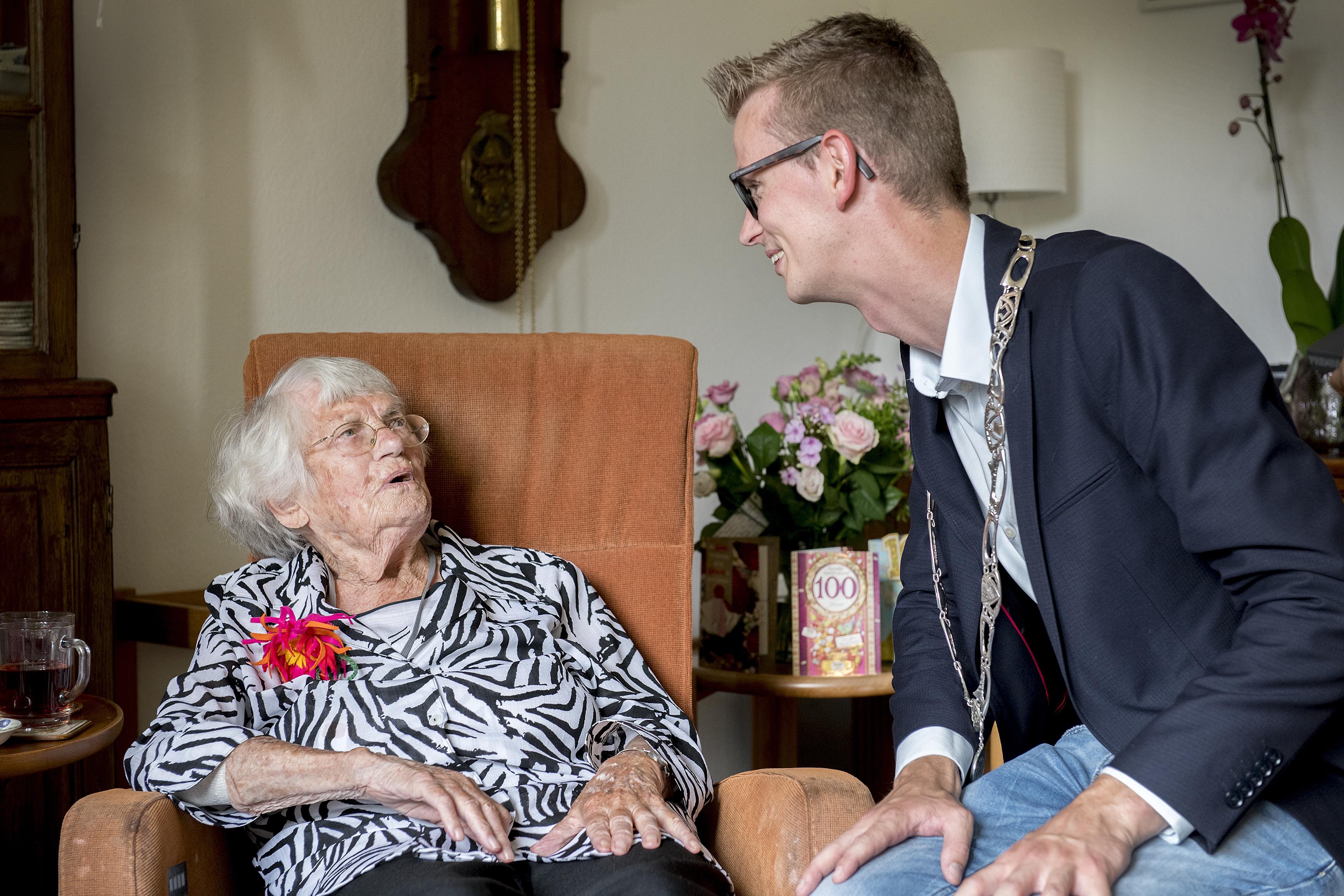 Mevrouw L. Buijs-van Berghem bereikt de leeftijd van 100 jaar
