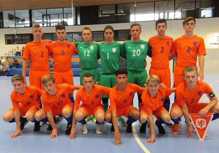 Zaalvoetballer metOranje in Slowakije