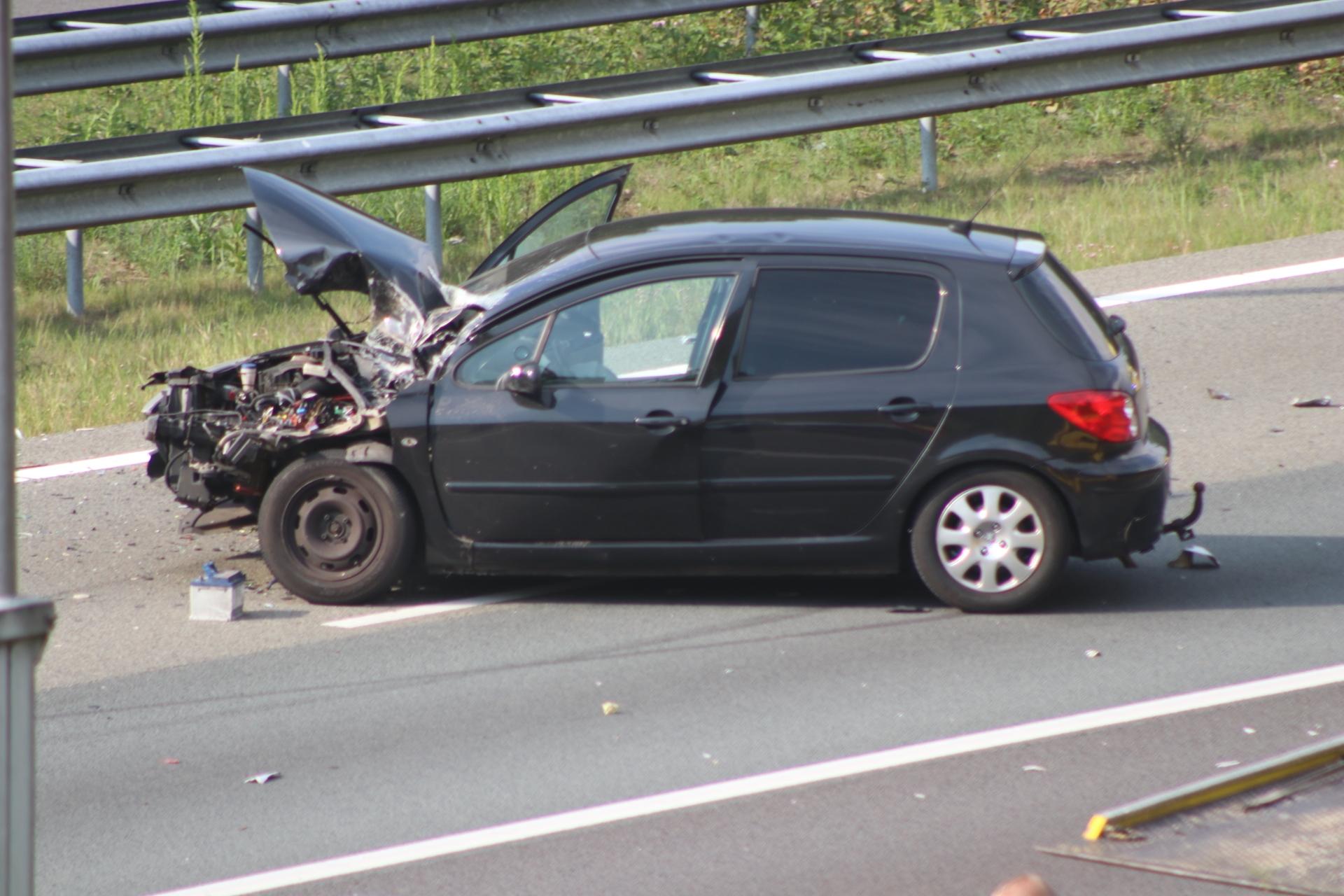 Snelweg afgesloten na ongeval met meerdere autos'