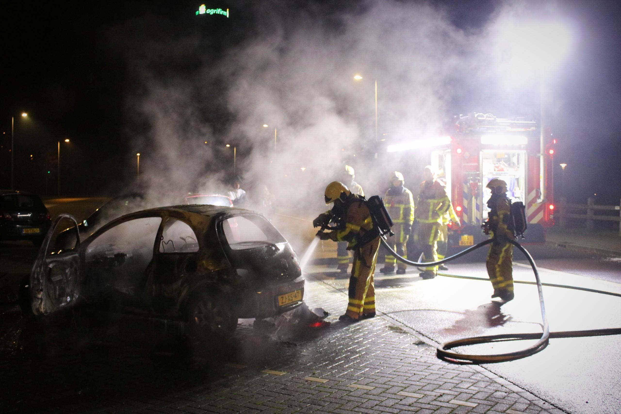 Auto vliegt in brand, brandstichting niet uitgesloten