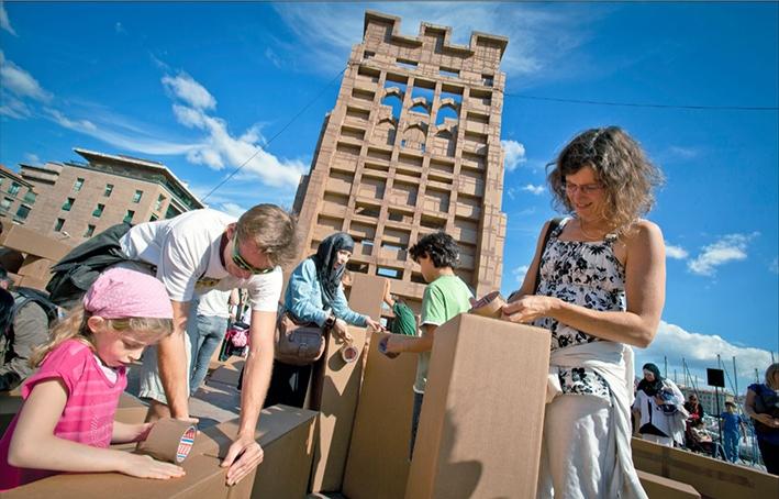 Op zoek naar bouwers voor kartonnen torens