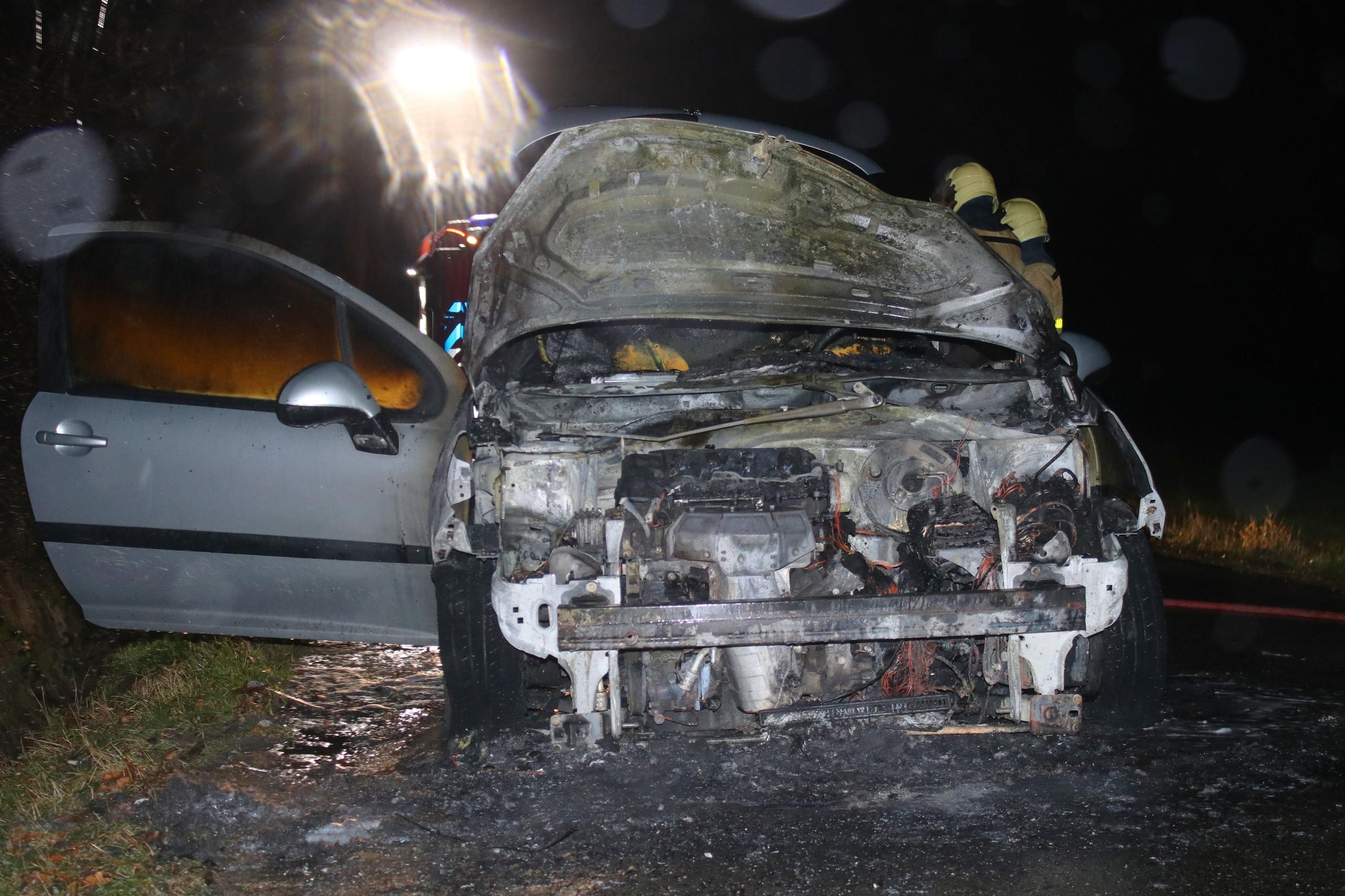 Vrouwen ontsnappen uit brandende auto
