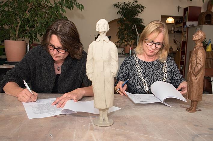 Ida Gerhardt in brons vereeuwigd op Zutphense IJsselkade