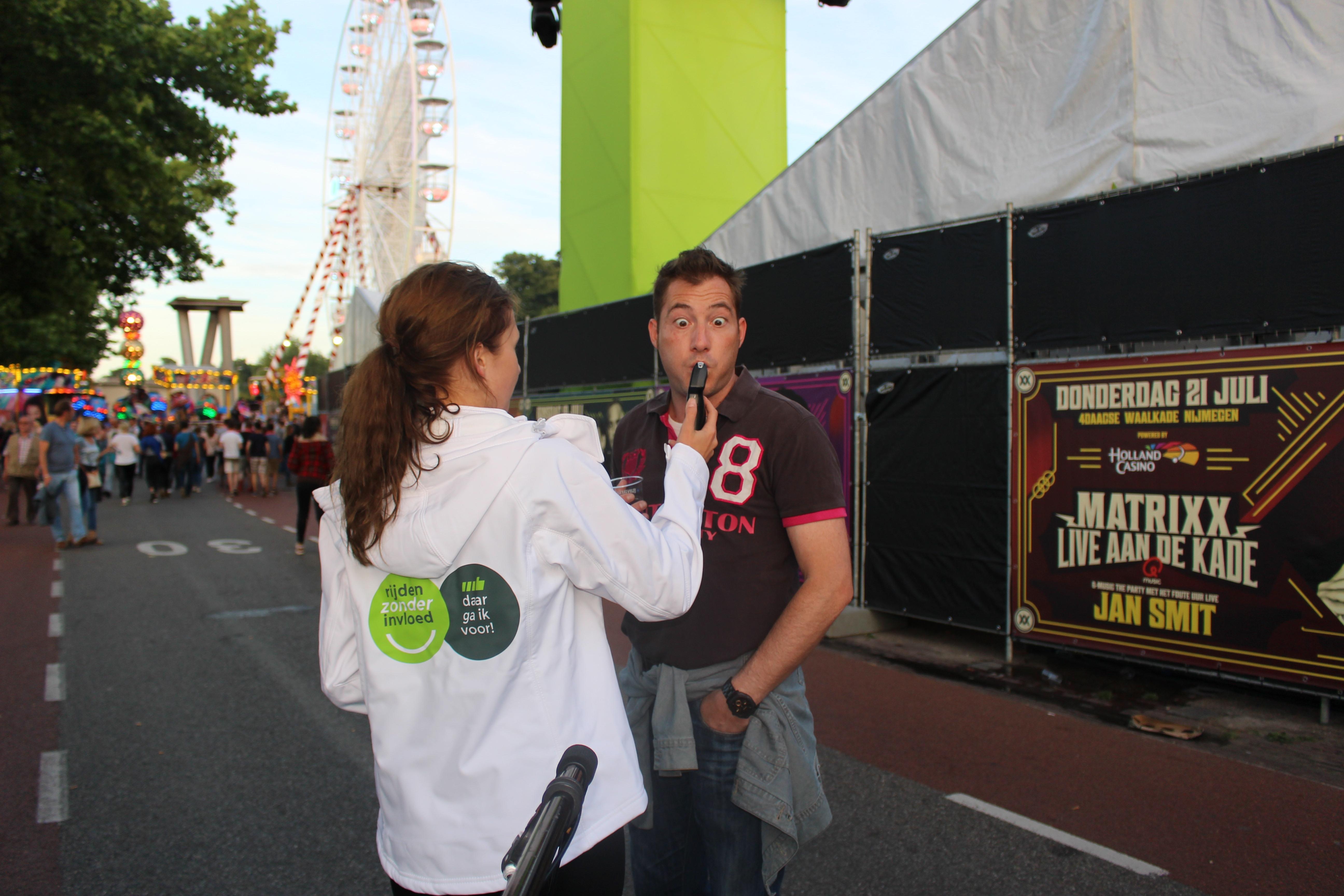 Campagneteam 'Rijden Zonder Invloed' bij Deventer Stadsfestival