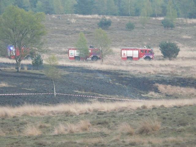 Brandweer rukt uit met groot materiaal voor een heidebrand