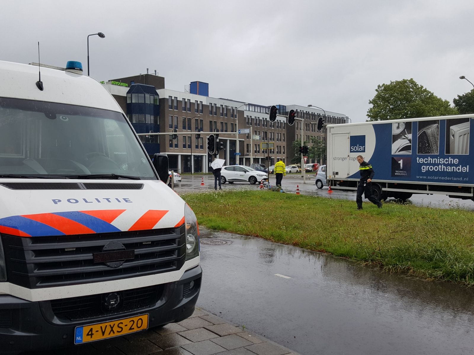Scooterrijder gewond na aanrijding met vrachtwagen