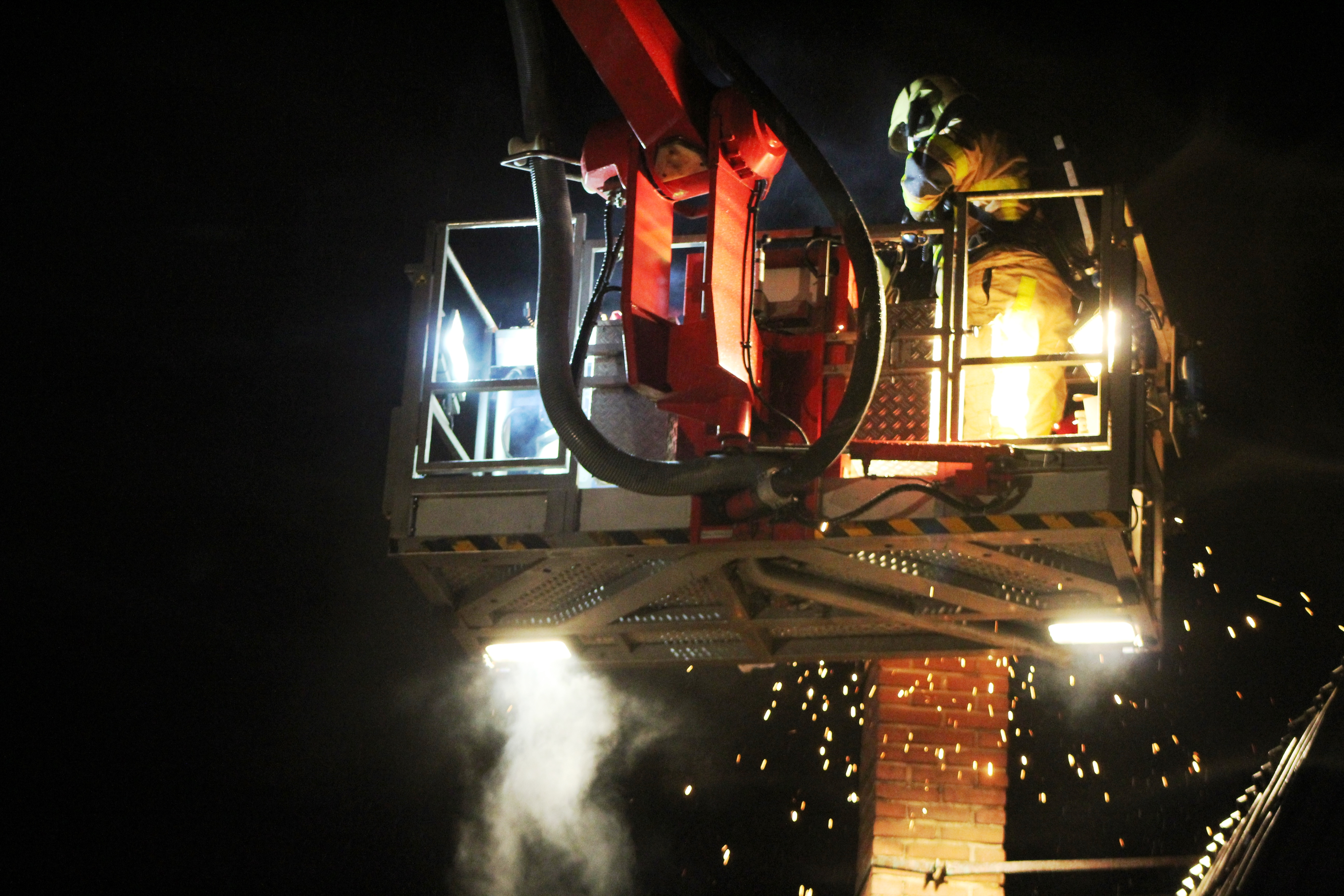 Brandweer rukt uit voor een schoorsteenbrand.