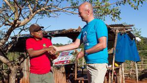Grote donatie Apenheul voor blauwoogmaki op Madagaskar