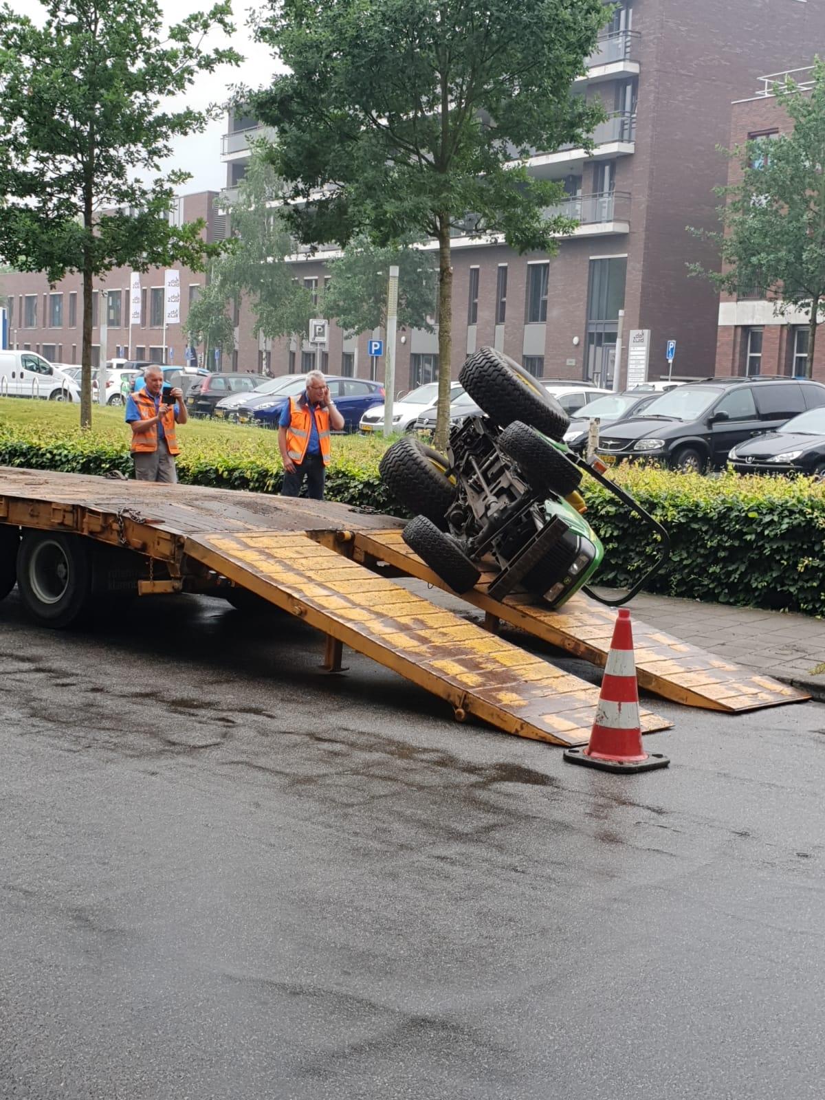 Tractor glijdt van oplegger