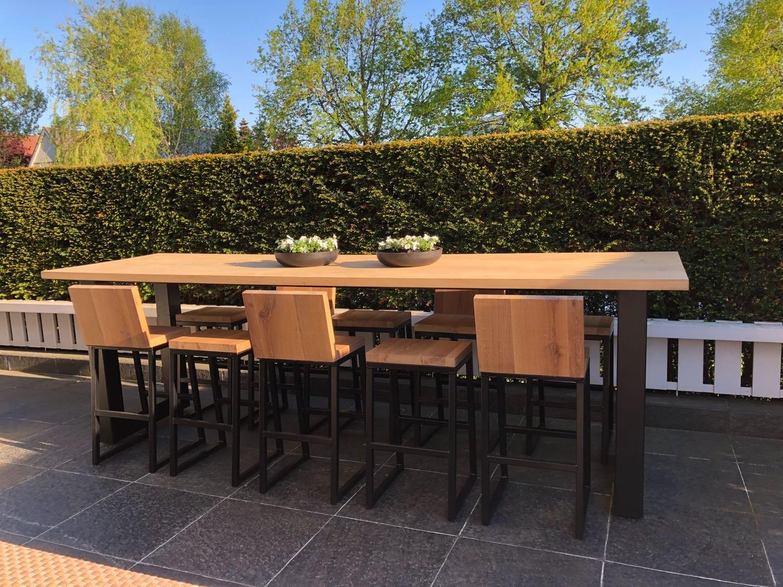 Dé verrijking voor je tuin: een eikenhouten tafel