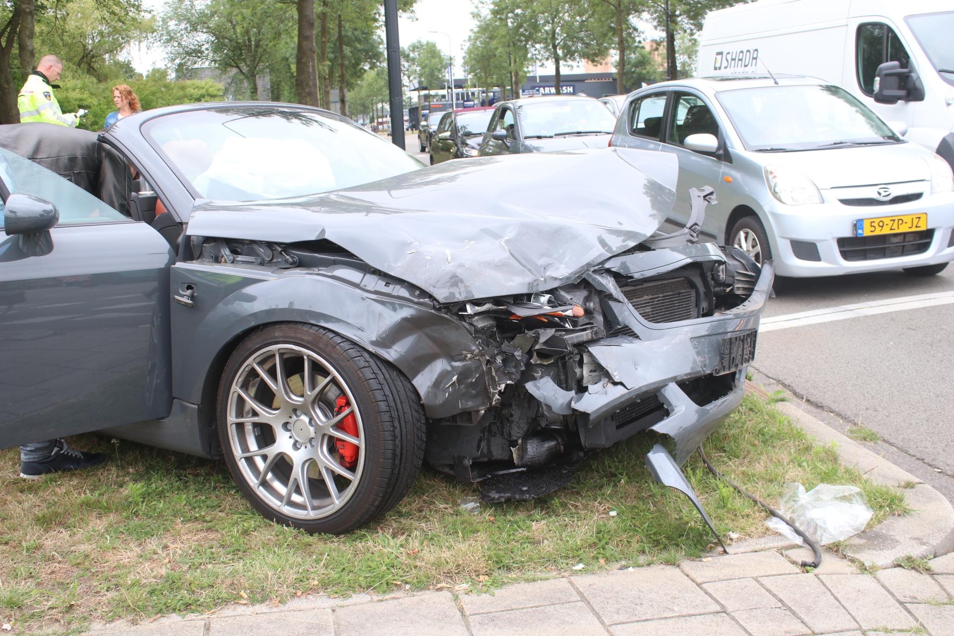 Automobiliste rijdt door rood en veroorzaakt ongeval in Apeldoorn