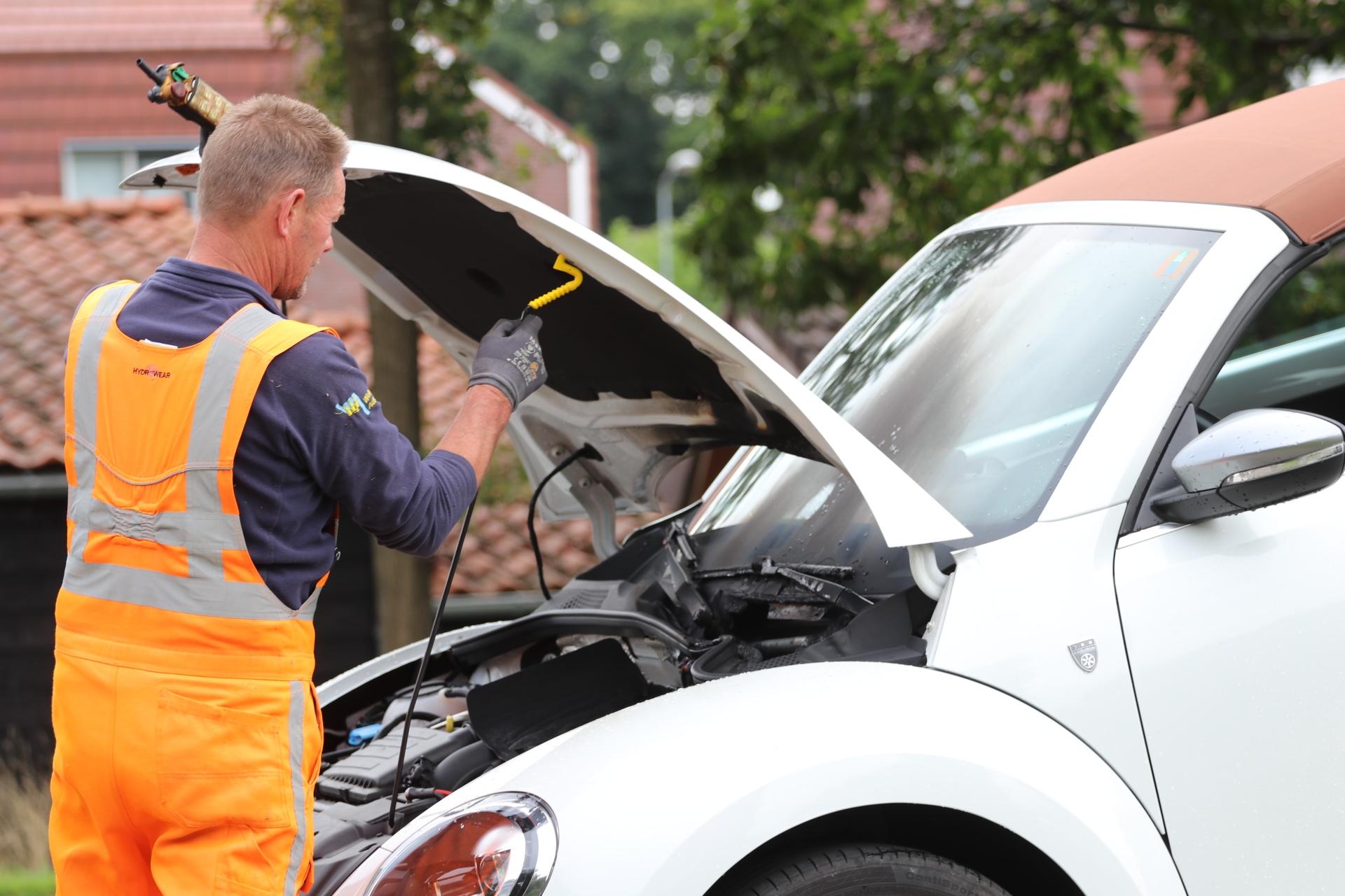 Auto vat vlam tijdens het rijden in Vaassen