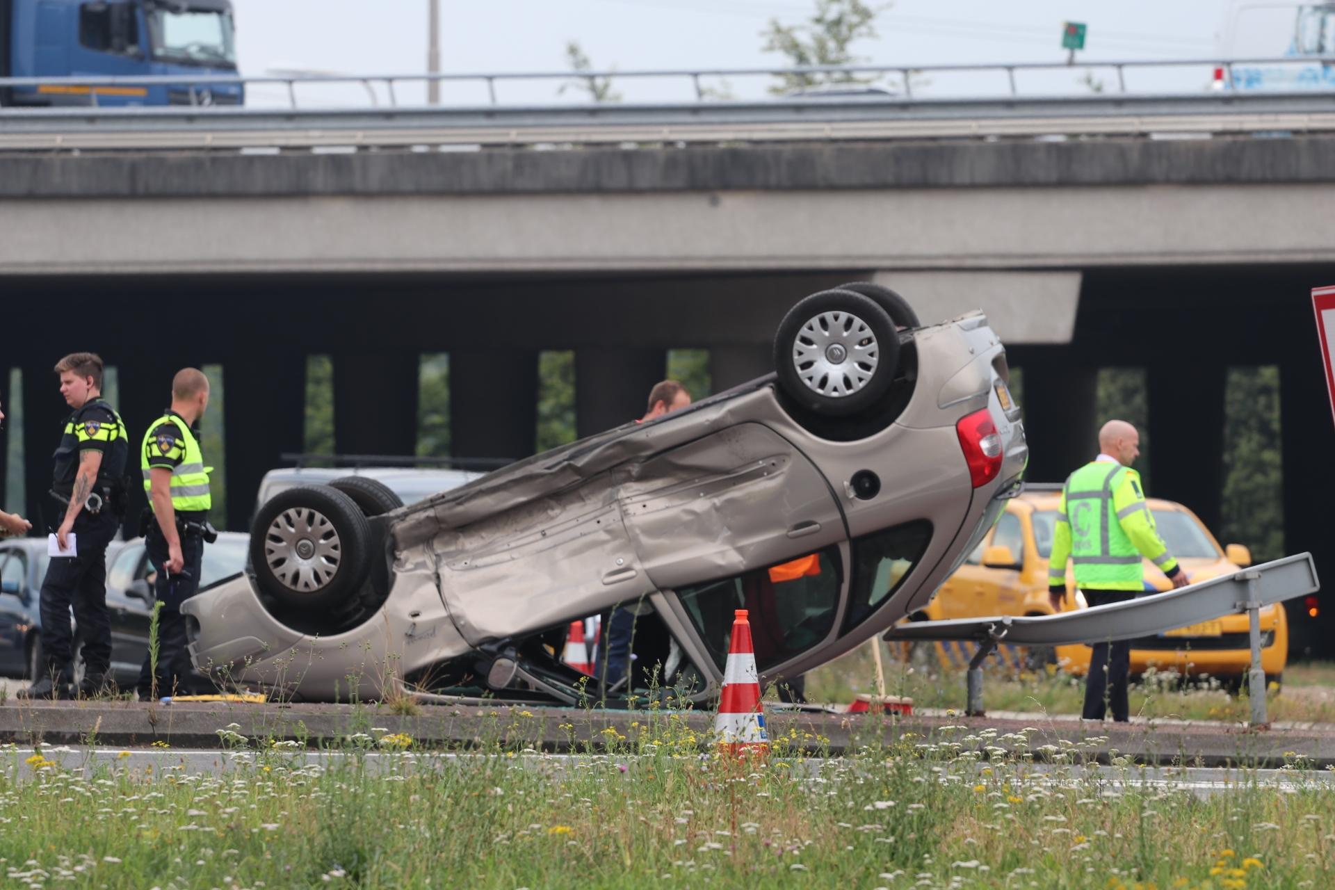 Auto belandt op zijn kop na aanrijding in Apeldoorn