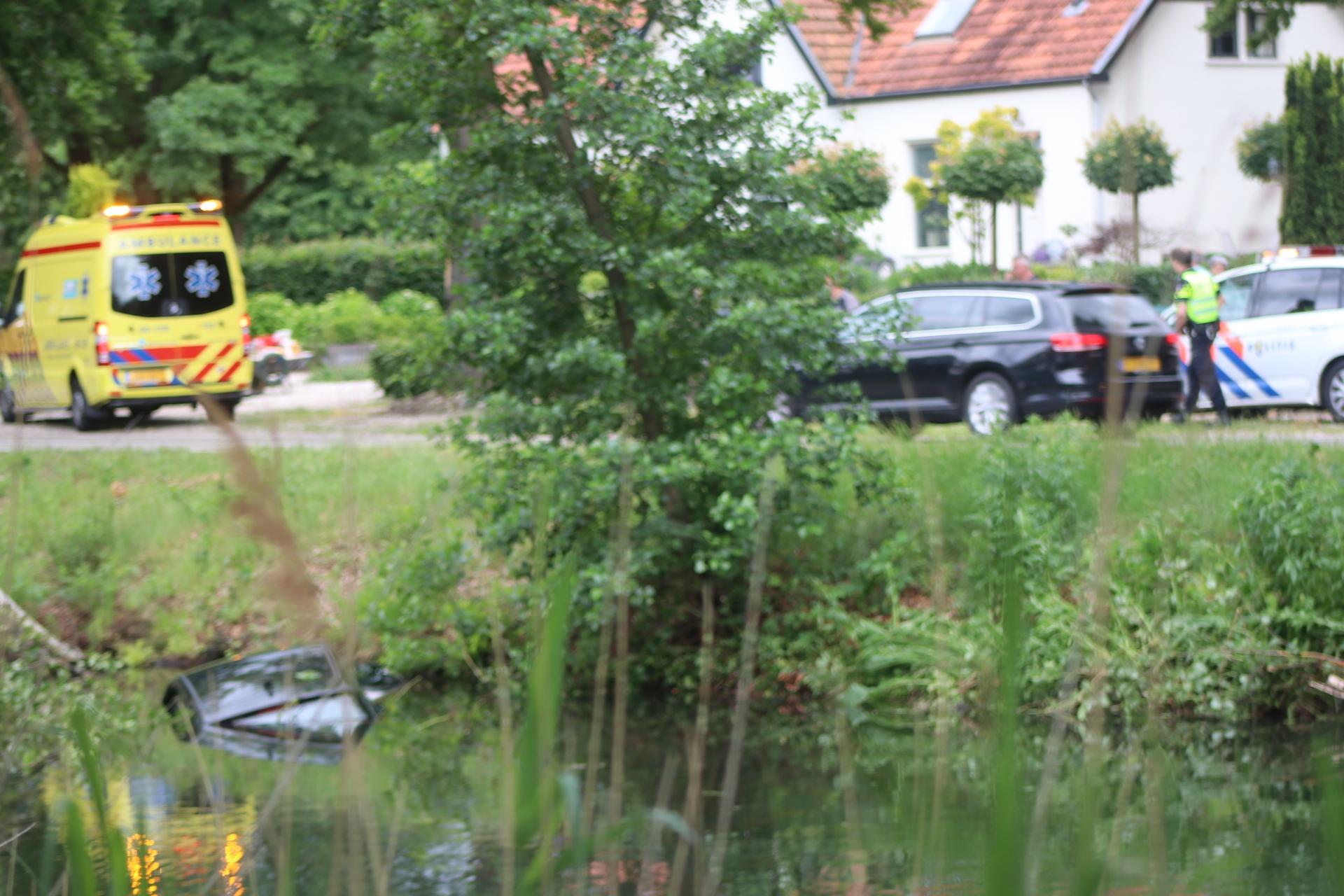 Auto belandt in Apeldoorns Kanaal bij Lieren