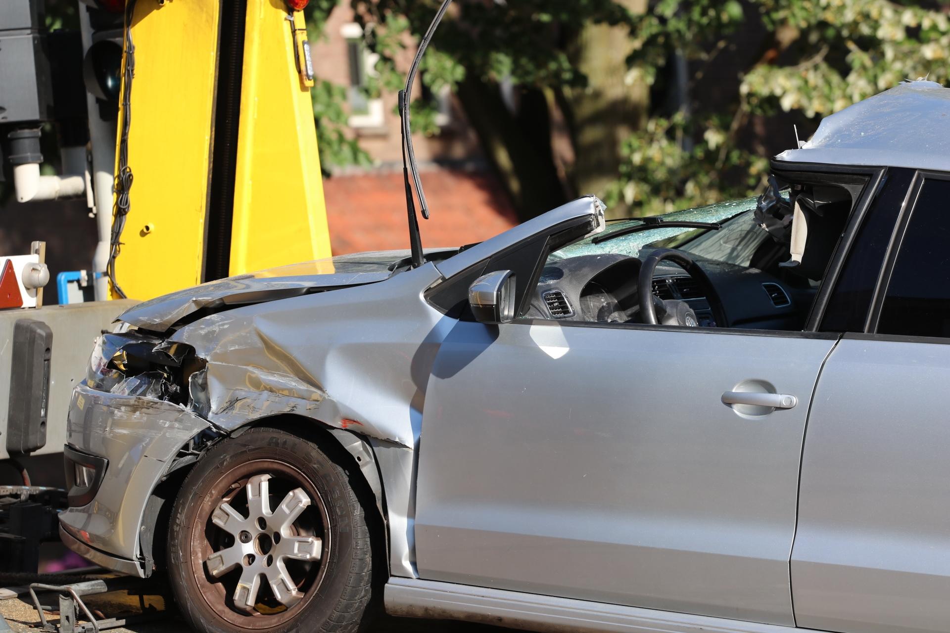 Hijskraan doorboort voorruit auto in Deventer
