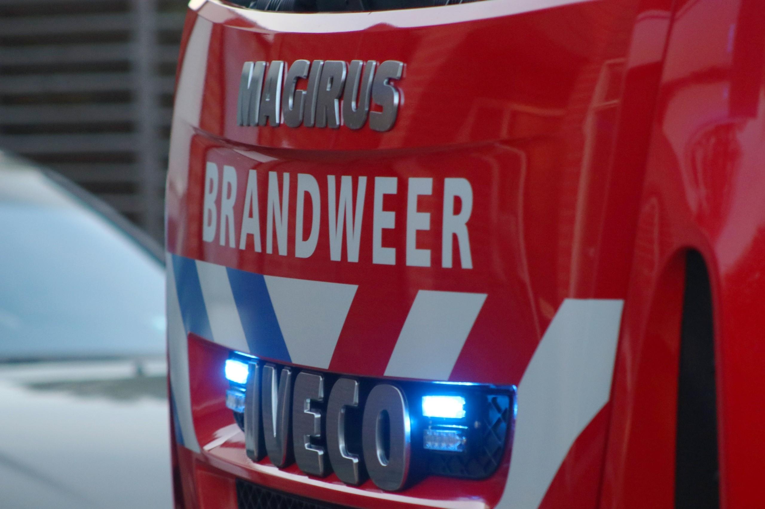 Auto vliegt in brand op een parkeerplaats in Apeldoorn