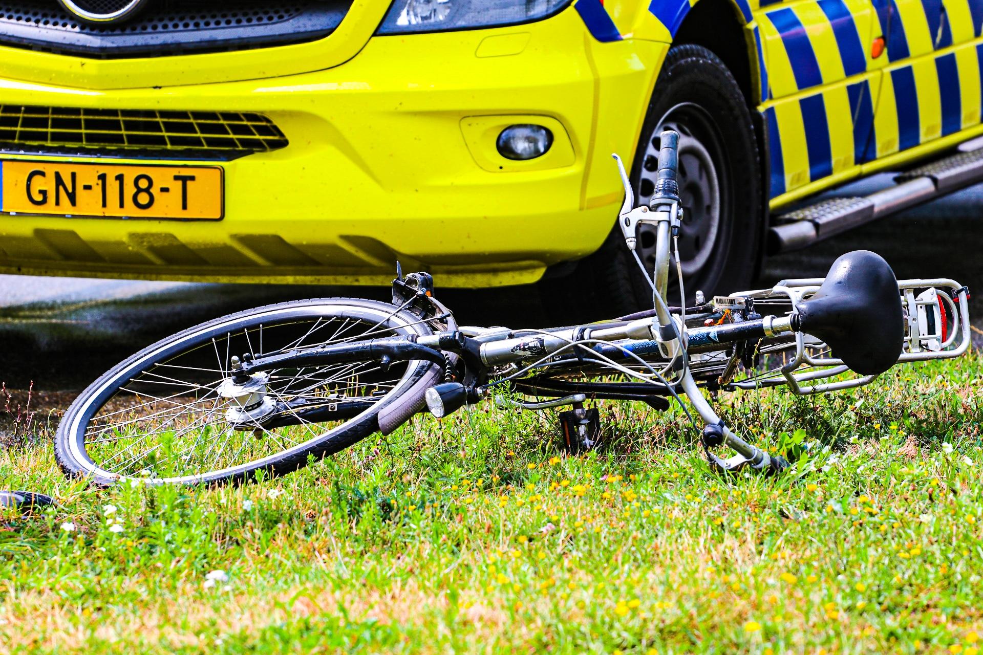 Fietsster met spoed naar ziekenhuis na aanrijding in Apeldoorn