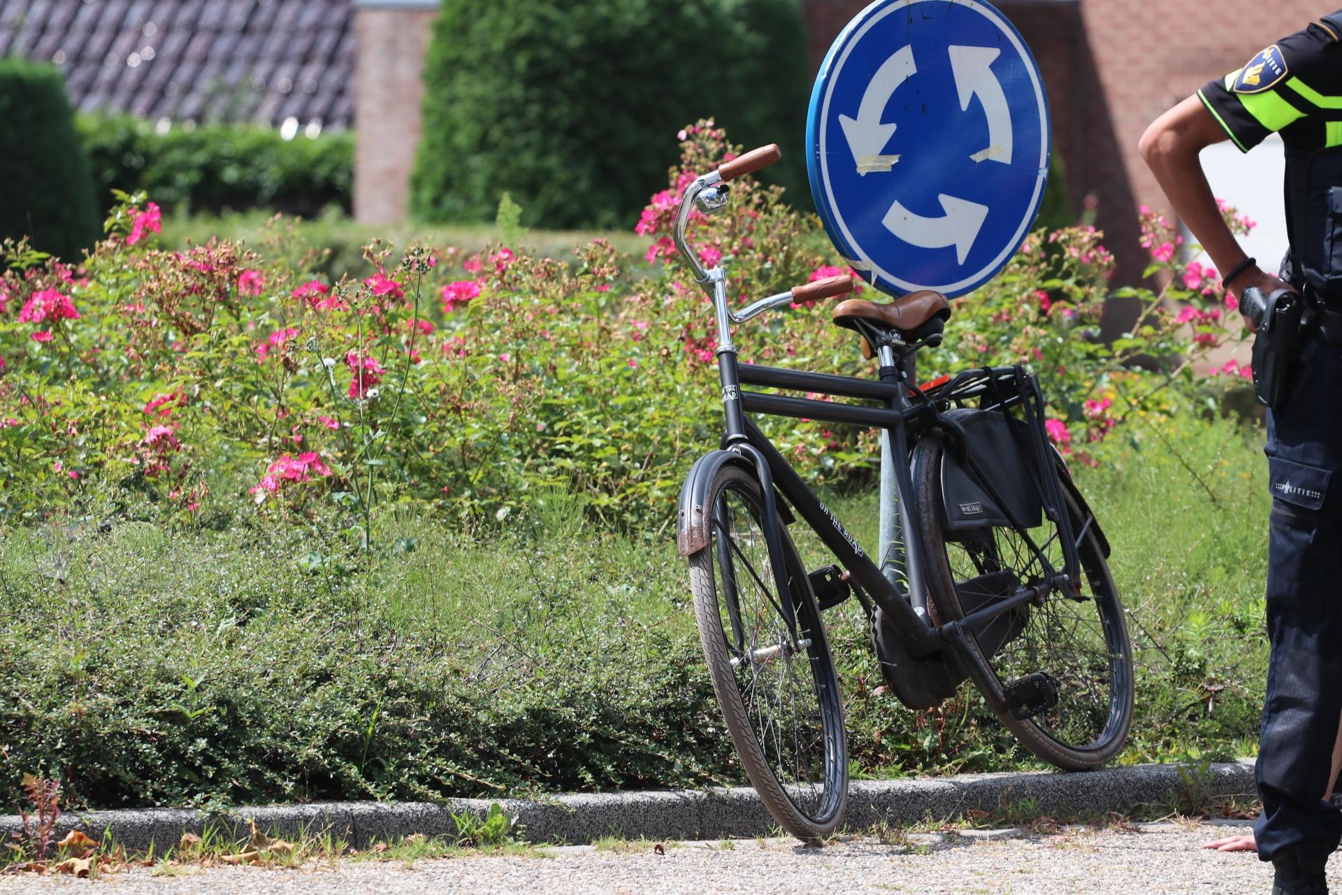 Fietser lichtgewond bij aanrijding op rotonde in Apeldoorn