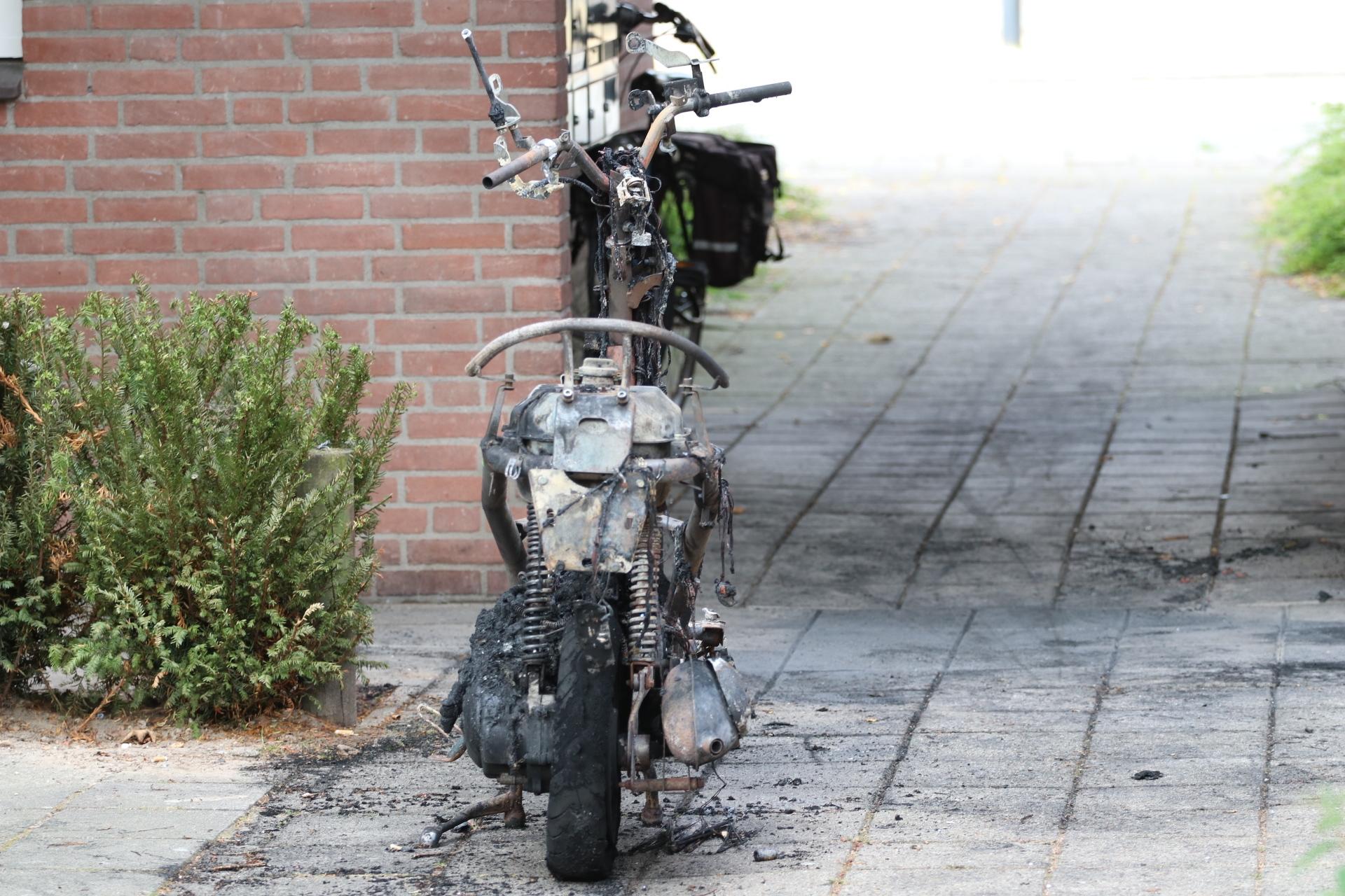 Brandende scooter richt forse schade aan