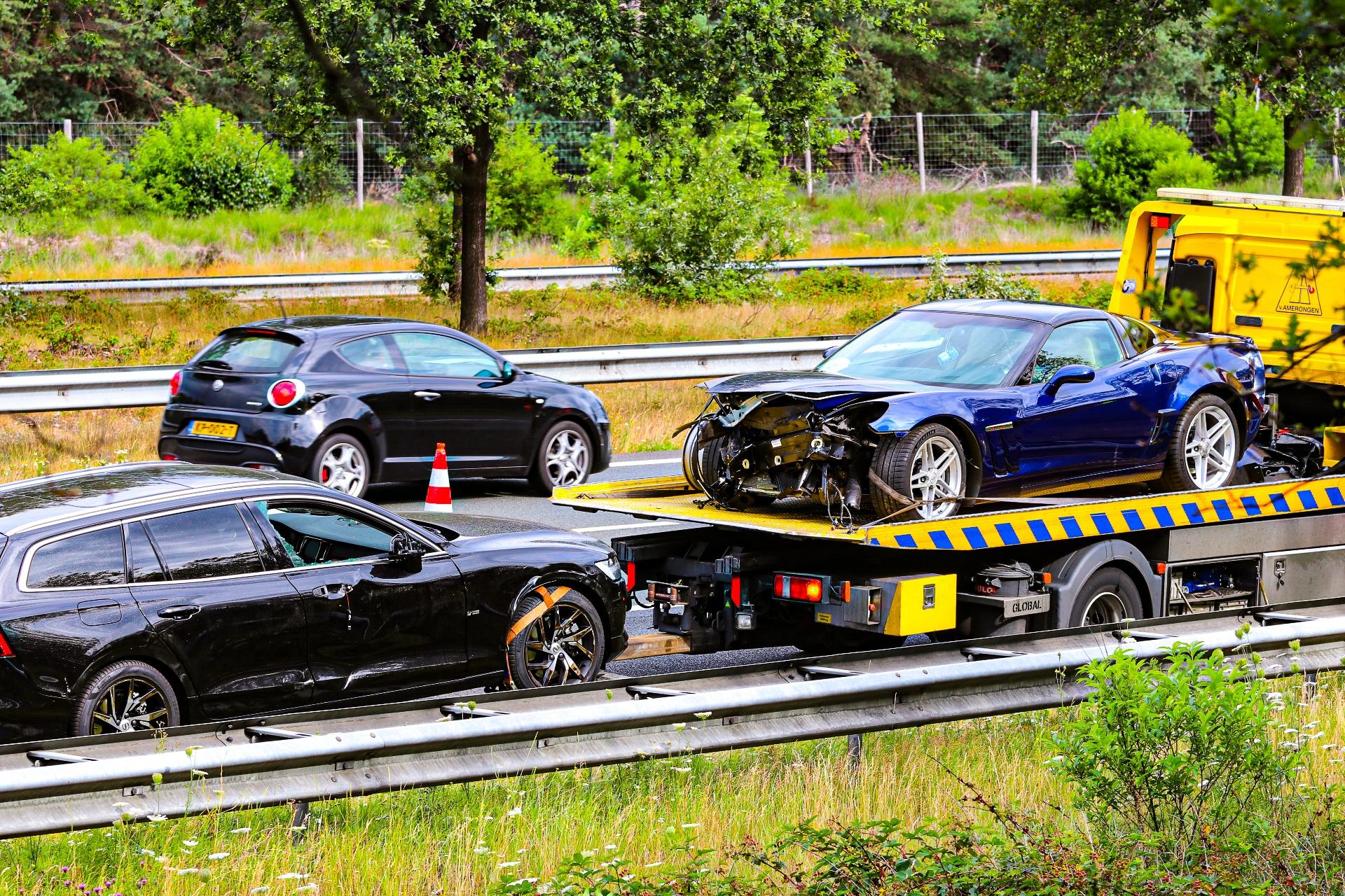 Vrachtwagen en autos botsen op de A50 tussen Arnhem en Apeldoorn'