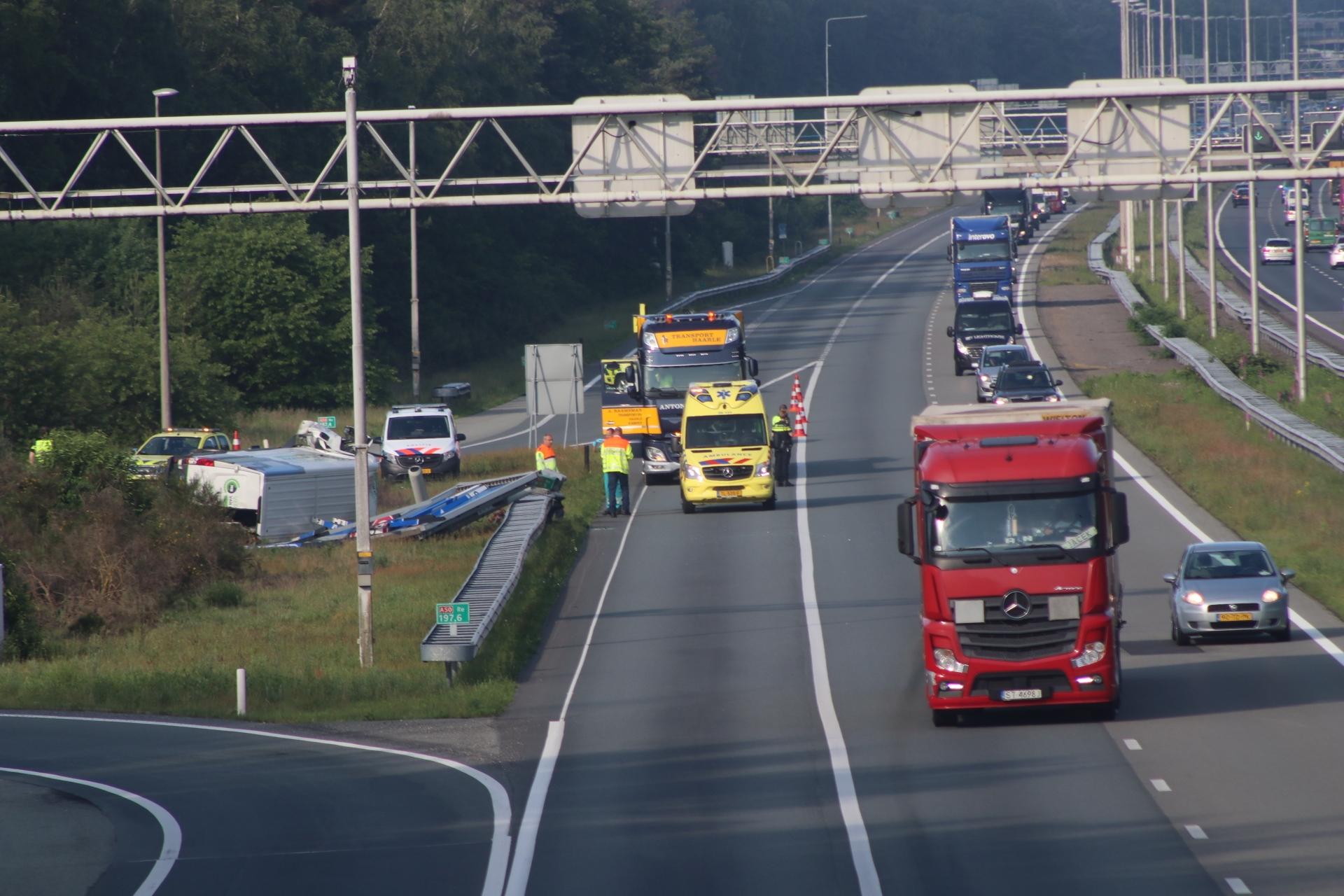 Bestelwagen belandt op zijn kant na ongeval op A50 bij Loenen