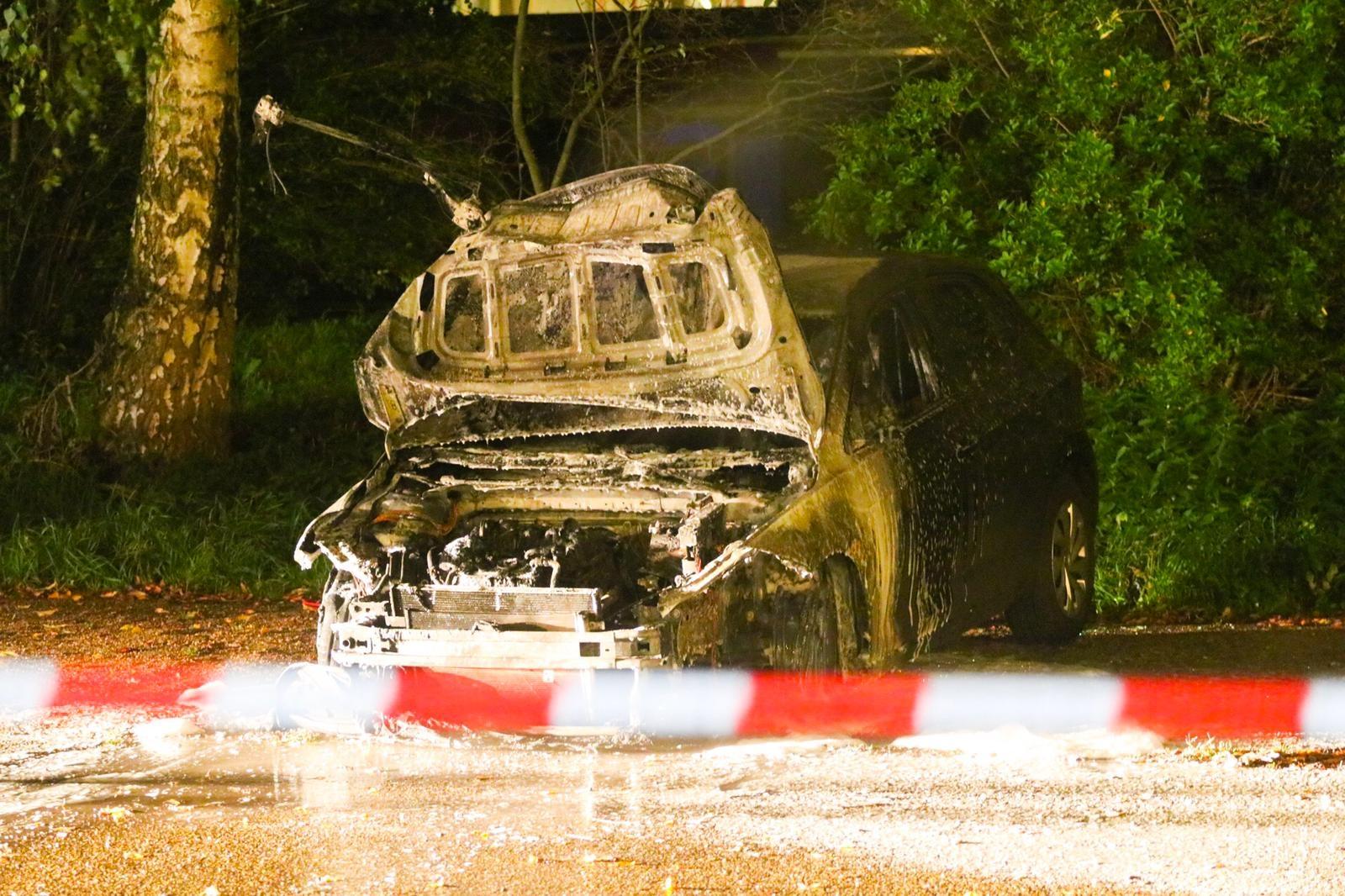 Auto brandt volledig uit in Apeldoorn