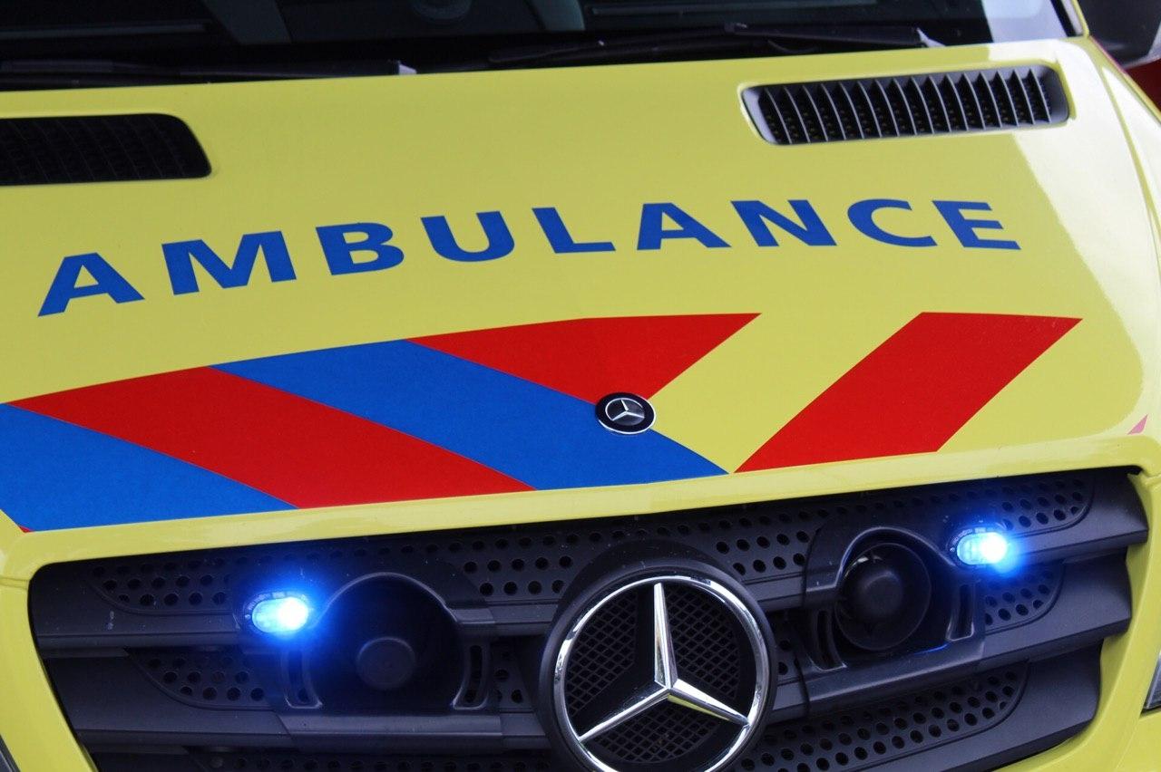 Auto slaat over de kop na aanrijding in Deventer
