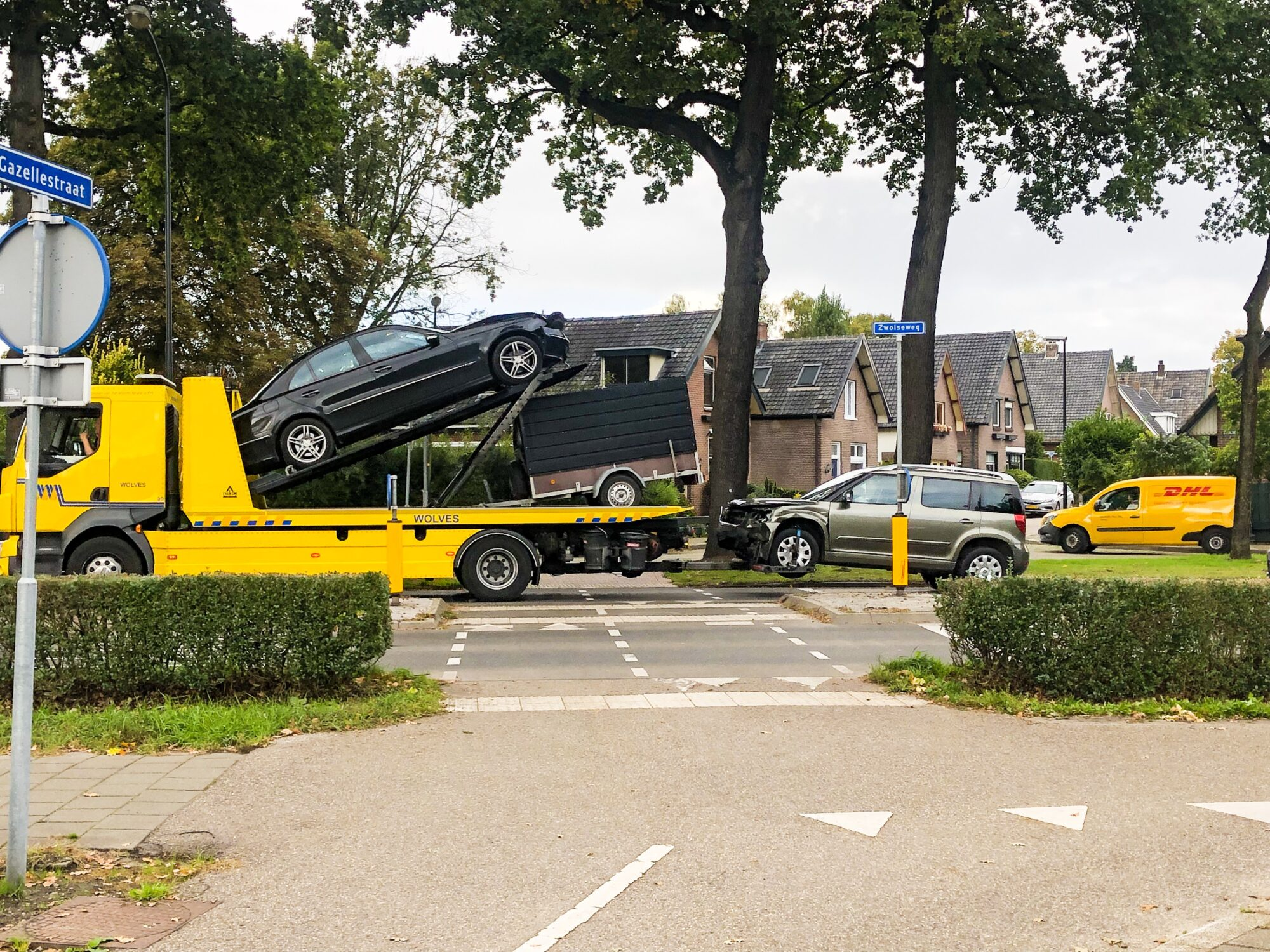 Auto's raken fors beschadigd bij ongeval in Apeldoorn.