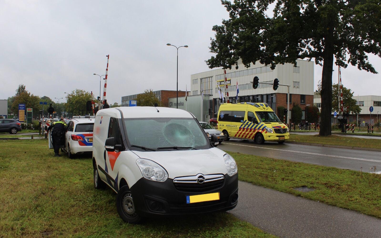 Fietser gewond bij aanrijding met bestelauto op de Marchantstraat in Apeldoorn.