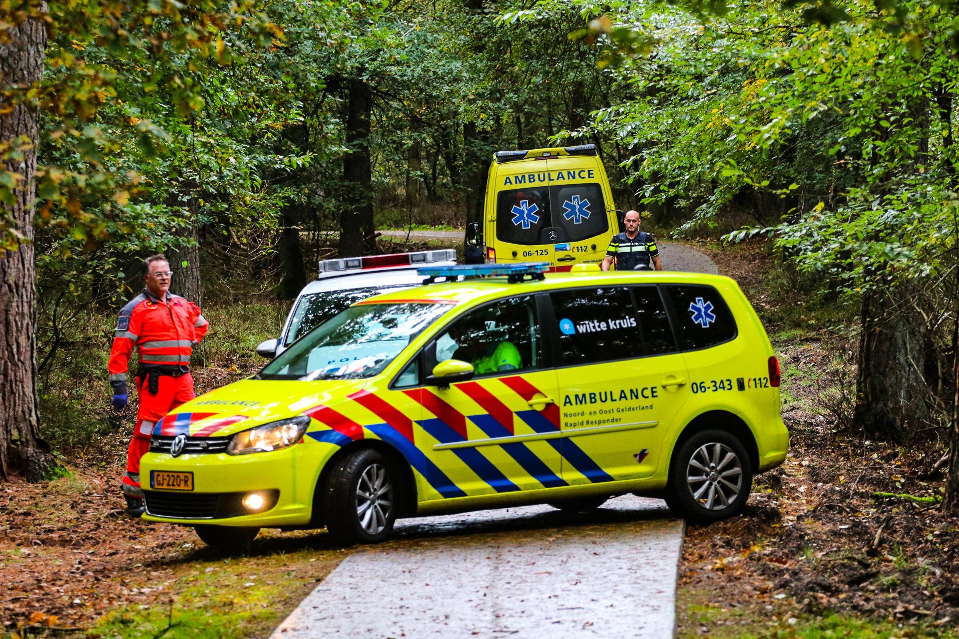Traumahelikopter landt voor gevallen fietser in bosgebied bij Ugchelen