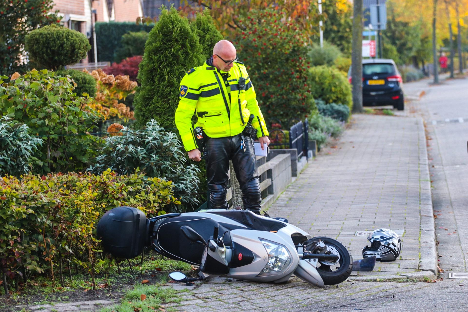 Scooterrijder gewond bij botsing met auto.